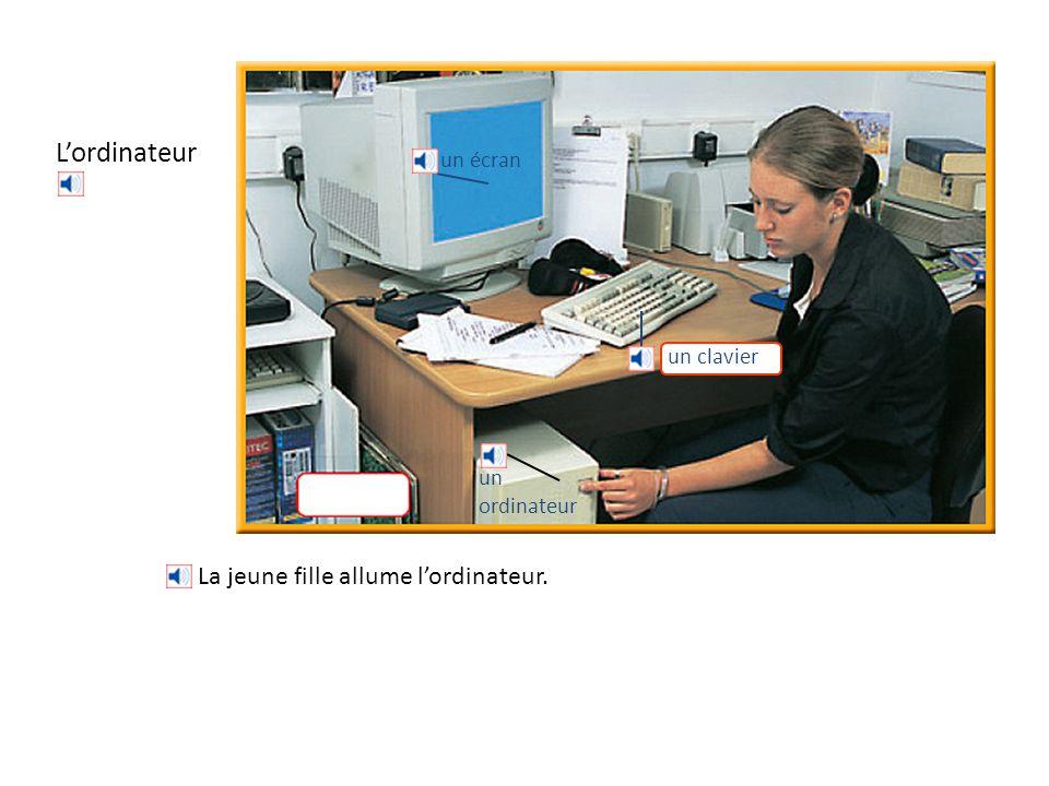 L'ordinateur La jeune fille allume l'ordinateur. un écran un clavier