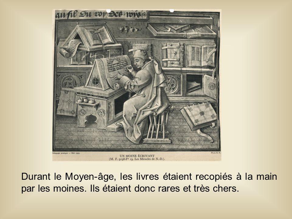 Durant le Moyen-âge, les livres étaient recopiés à la main par les moines.