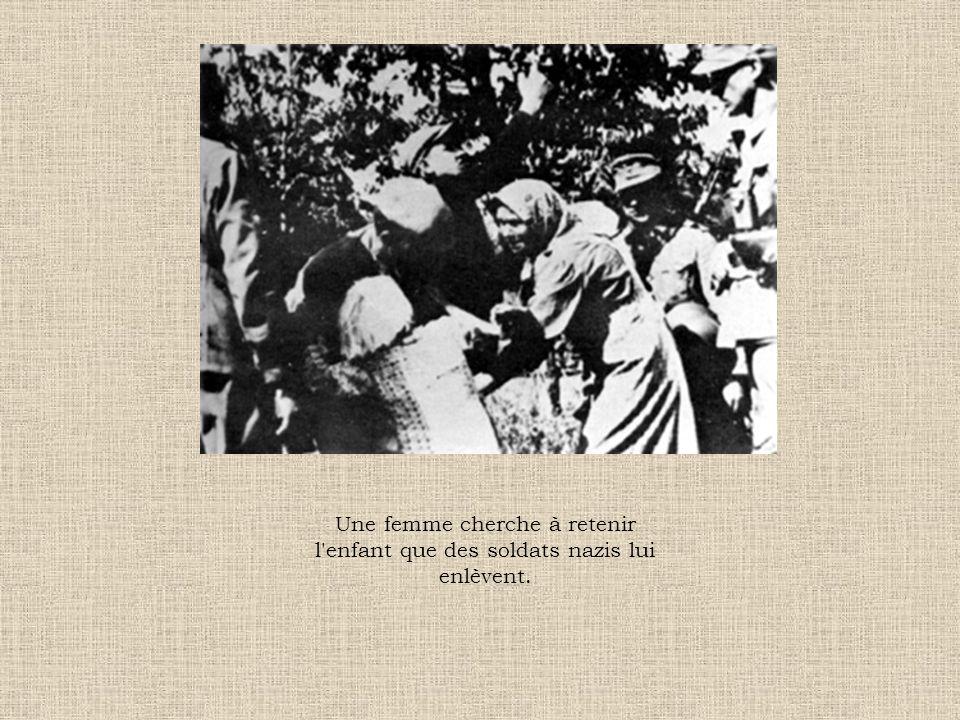 Une femme cherche à retenir l enfant que des soldats nazis lui enlèvent.