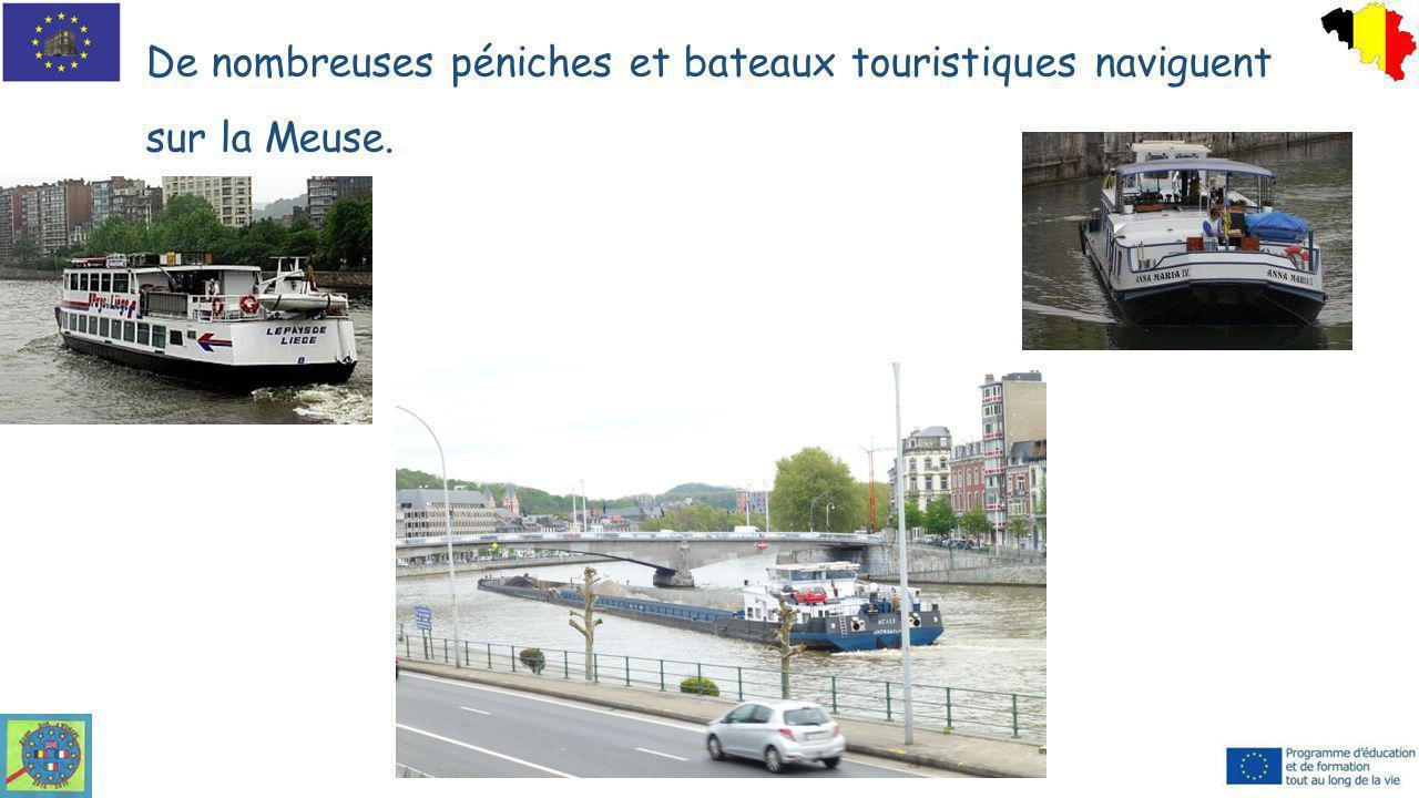 De nombreuses péniches et bateaux touristiques naviguent sur la Meuse.