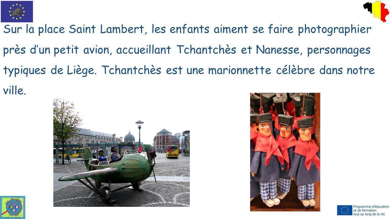 Sur la place Saint Lambert, les enfants aiment se faire photographier près d'un petit avion, accueillant Tchantchès et Nanesse, personnages typiques de Liège.
