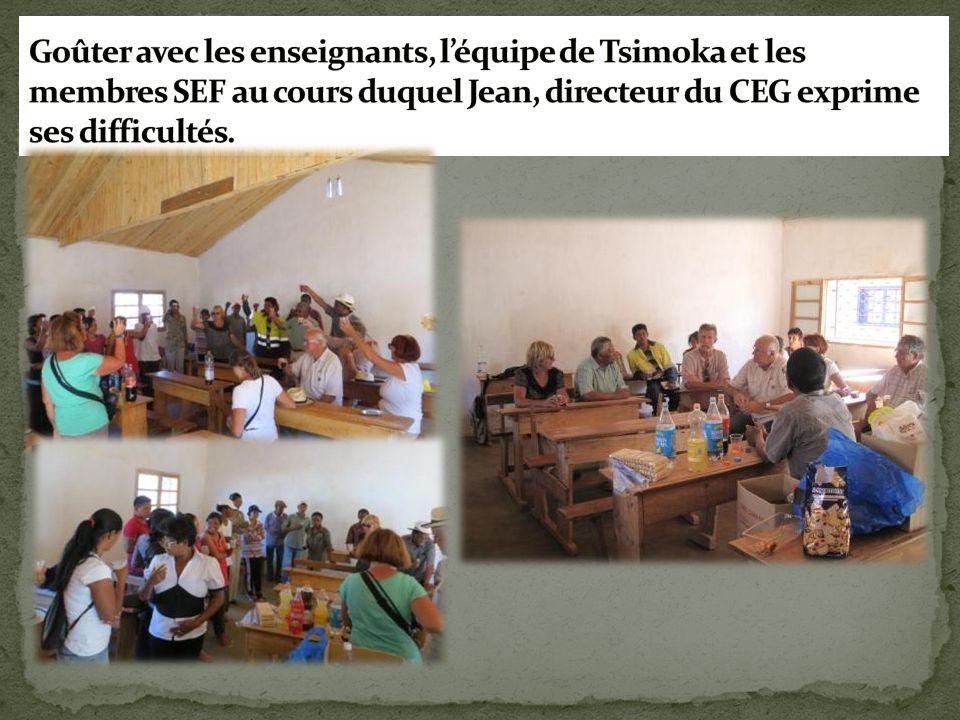 Goûter avec les enseignants, l'équipe de Tsimoka et les membres SEF au cours duquel Jean, directeur du CEG exprime ses difficultés.