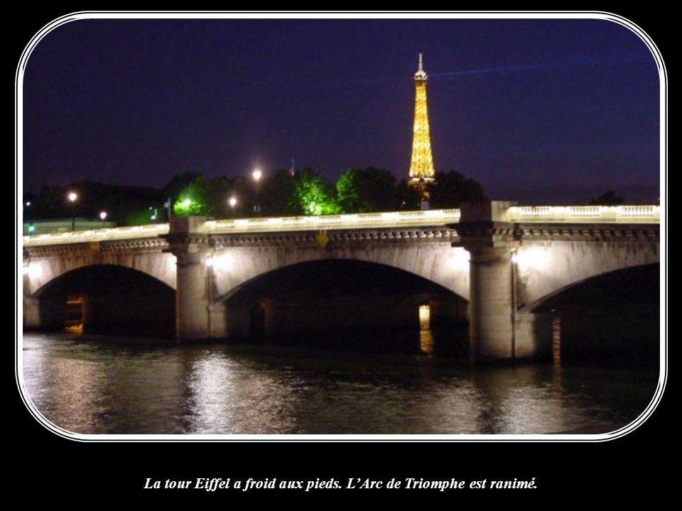 La tour Eiffel a froid aux pieds. L'Arc de Triomphe est ranimé.