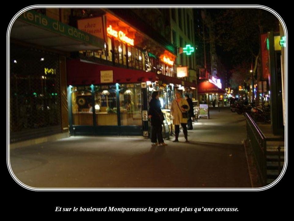 Et sur le boulevard Montparnasse la gare nest plus qu'une carcasse.