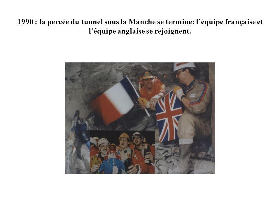 1990 : la percée du tunnel sous la Manche se termine: l'équipe française et l'équipe anglaise se rejoignent.