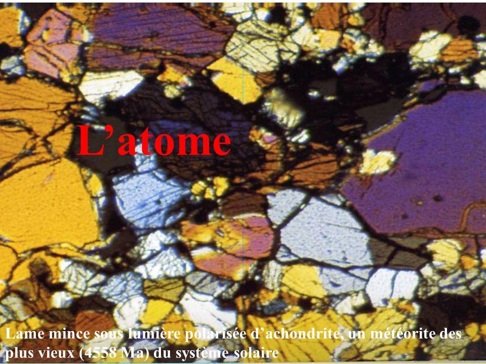 L'atome Lame mince sous lumière polarisée d'achondrite, un météorite des plus vieux (4558 Ma) du système solaire.