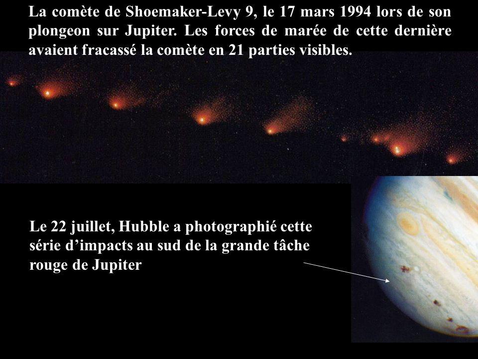 La comète de Shoemaker-Levy 9, le 17 mars 1994 lors de son plongeon sur Jupiter. Les forces de marée de cette dernière avaient fracassé la comète en 21 parties visibles.