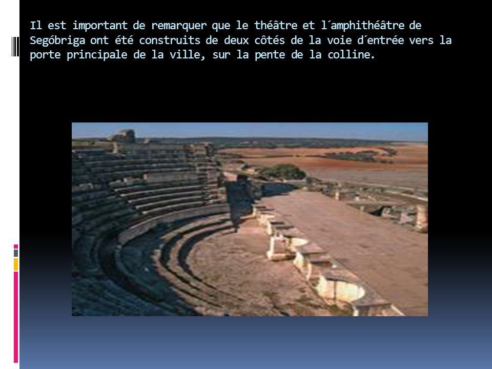 Il est important de remarquer que le théâtre et l´amphithéâtre de Segóbriga ont été construits de deux côtés de la voie d´entrée vers la porte principale de la ville, sur la pente de la colline.