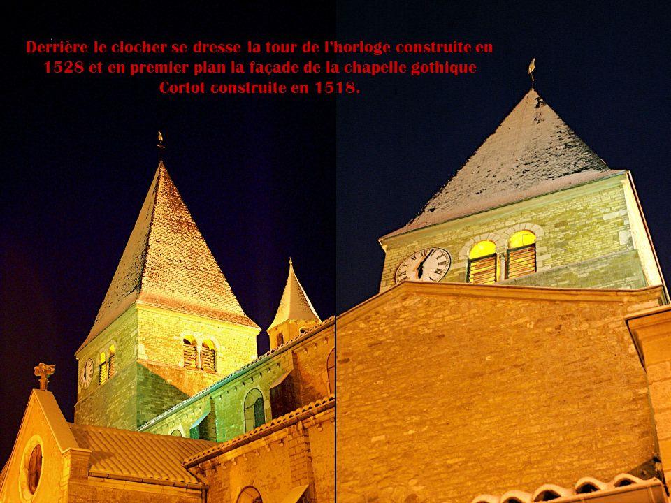 Derrière le clocher se dresse la tour de l'horloge construite en 1528 et en premier plan la façade de la chapelle gothique Cortot construite en 1518.
