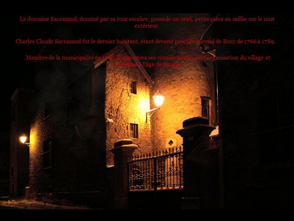 Le domaine Saccazand, dominé par sa tour escalier, possède un oriel, petite pièce en saillie sur le mur extérieur.