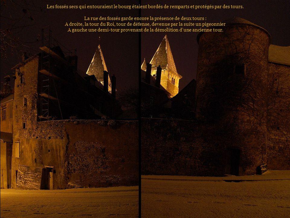 Les fossés secs qui entouraient le bourg étaient bordés de remparts et protégés par des tours.