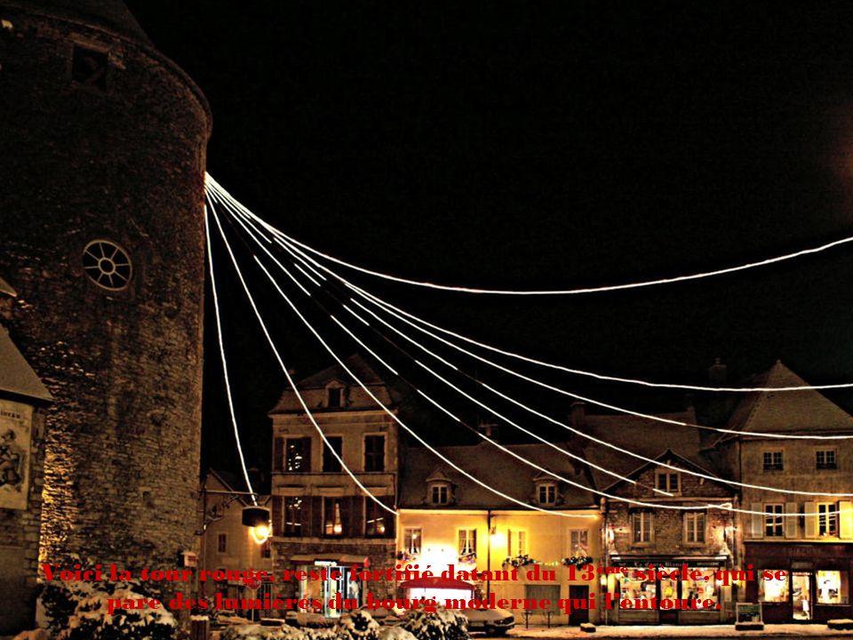Voici la tour rouge, reste fortifié datant du 13ème siècle, qui se pare des lumières du bourg moderne qui l'entoure.