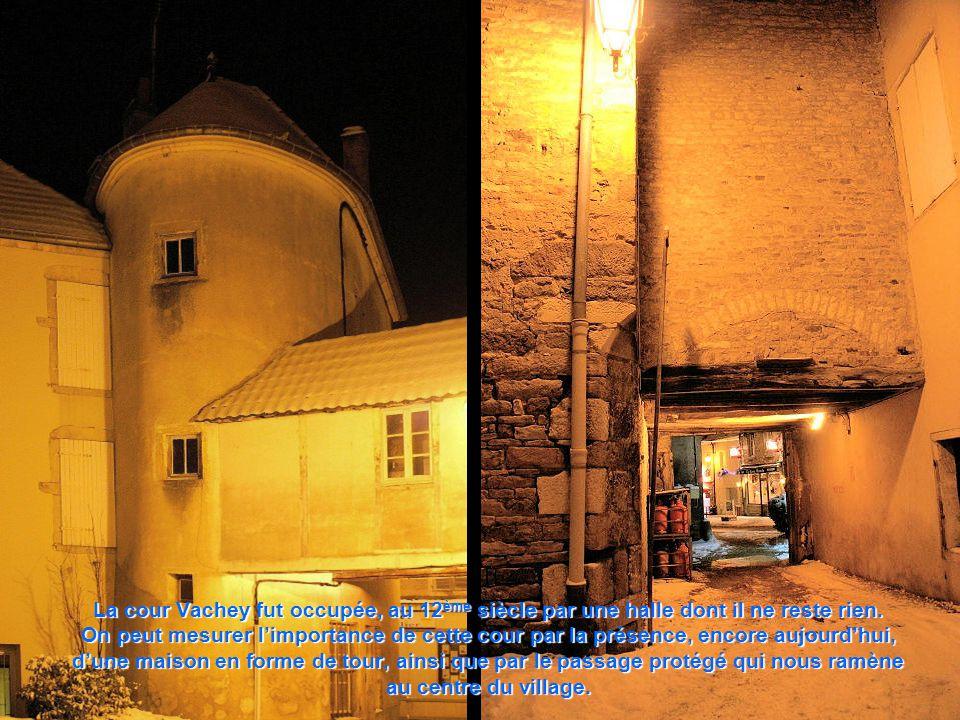 La cour Vachey fut occupée, au 12ème siècle par une halle dont il ne reste rien.