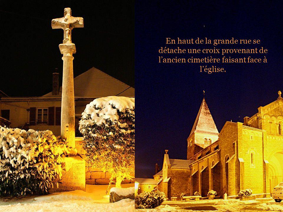 En haut de la grande rue se détache une croix provenant de l'ancien cimetière faisant face à l'église.
