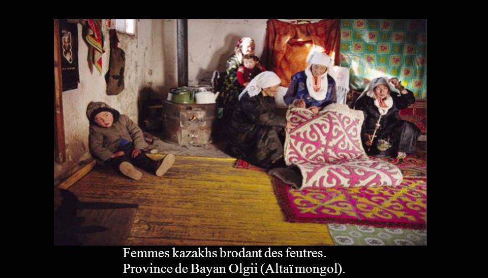 Femmes kazakhs brodant des feutres