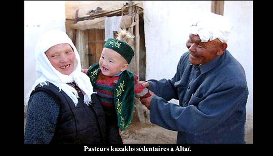 Pasteurs kazakhs sédentaires à Altaï.