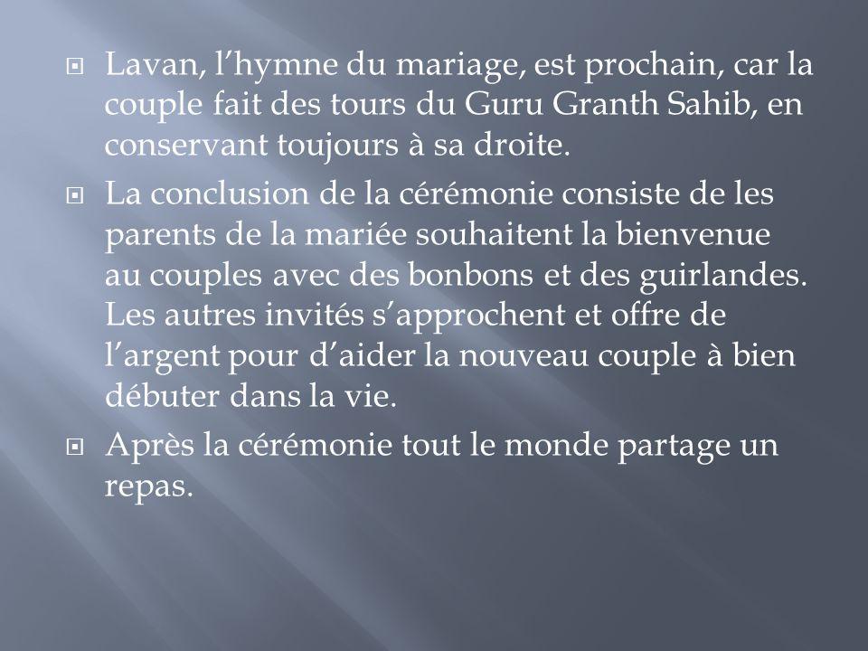 Lavan, l'hymne du mariage, est prochain, car la couple fait des tours du Guru Granth Sahib, en conservant toujours à sa droite.