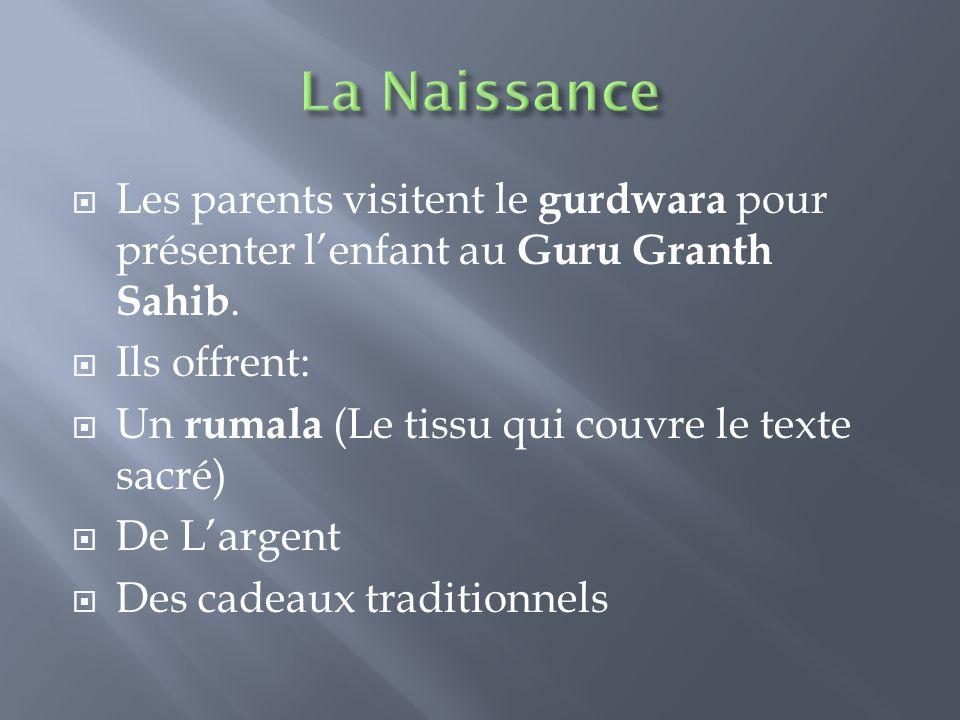 La Naissance Les parents visitent le gurdwara pour présenter l'enfant au Guru Granth Sahib. Ils offrent:
