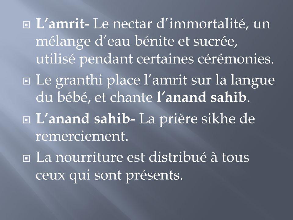 L'amrit- Le nectar d'immortalité, un mélange d'eau bénite et sucrée, utilisé pendant certaines cérémonies.