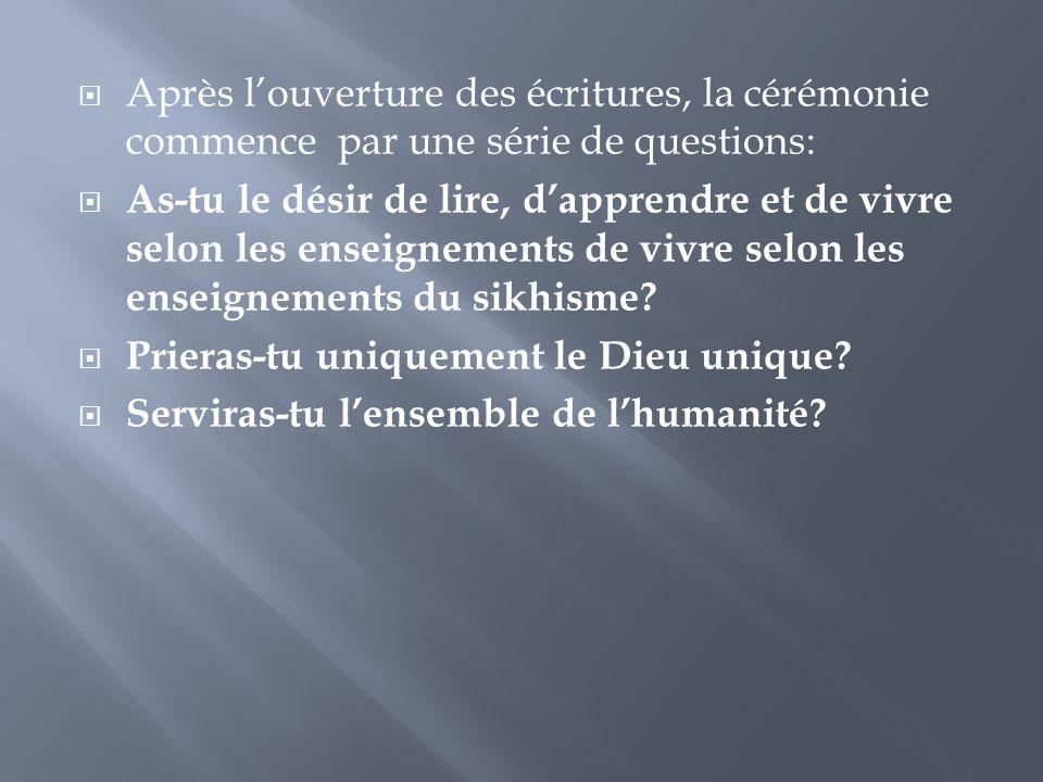 Après l'ouverture des écritures, la cérémonie commence par une série de questions: