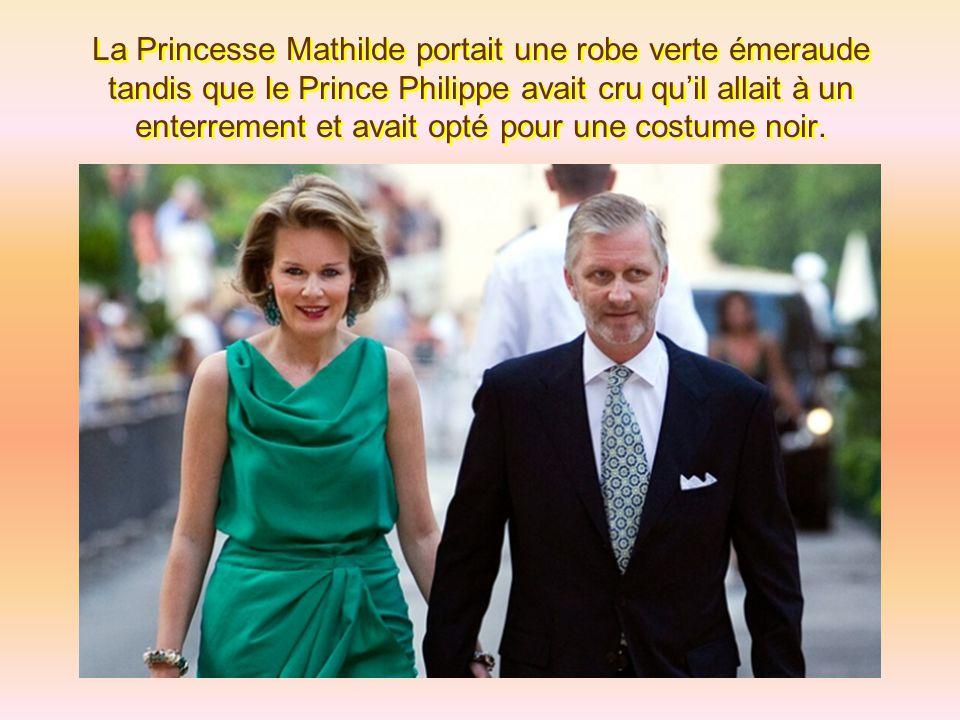 La Princesse Mathilde portait une robe verte émeraude tandis que le Prince Philippe avait cru qu'il allait à un enterrement et avait opté pour une costume noir.