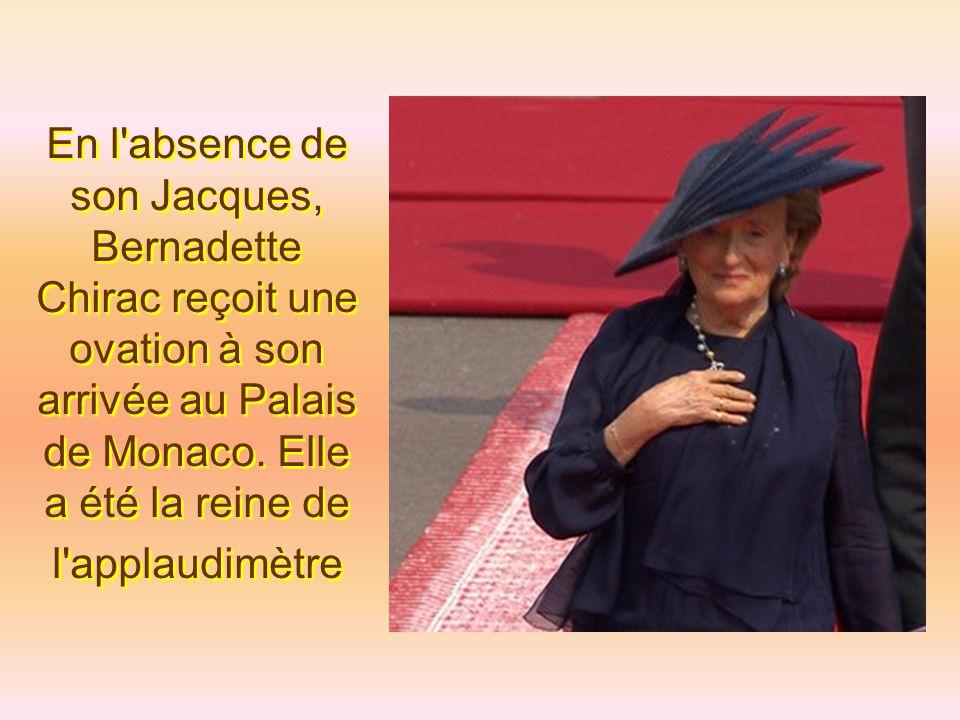 En l absence de son Jacques, Bernadette Chirac reçoit une ovation à son arrivée au Palais de Monaco.