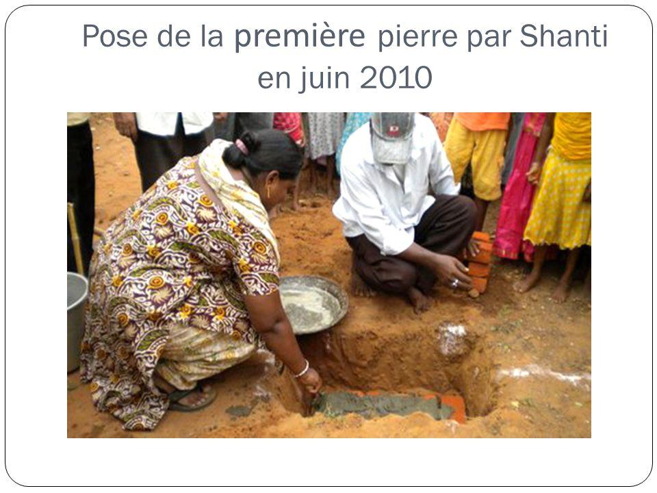 Pose de la première pierre par Shanti en juin 2010