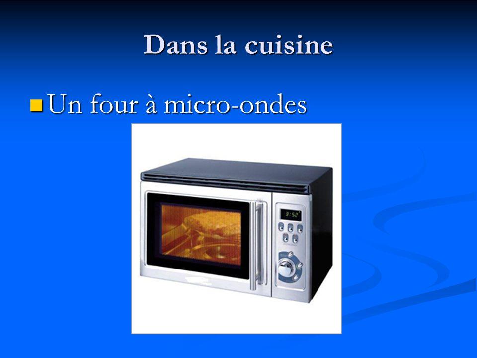 Dans la cuisine Un four à micro-ondes