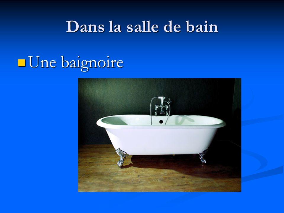 Dans la salle de bain Une baignoire