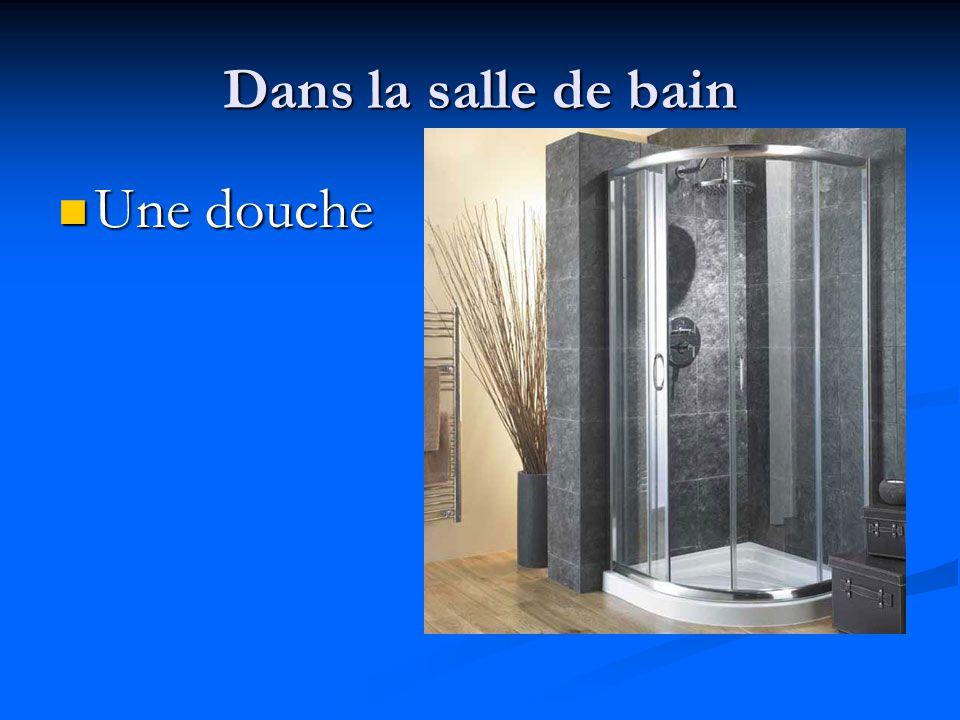 Dans la salle de bain Une douche