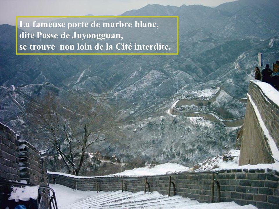 La fameuse porte de marbre blanc, dite Passe de Juyongguan,
