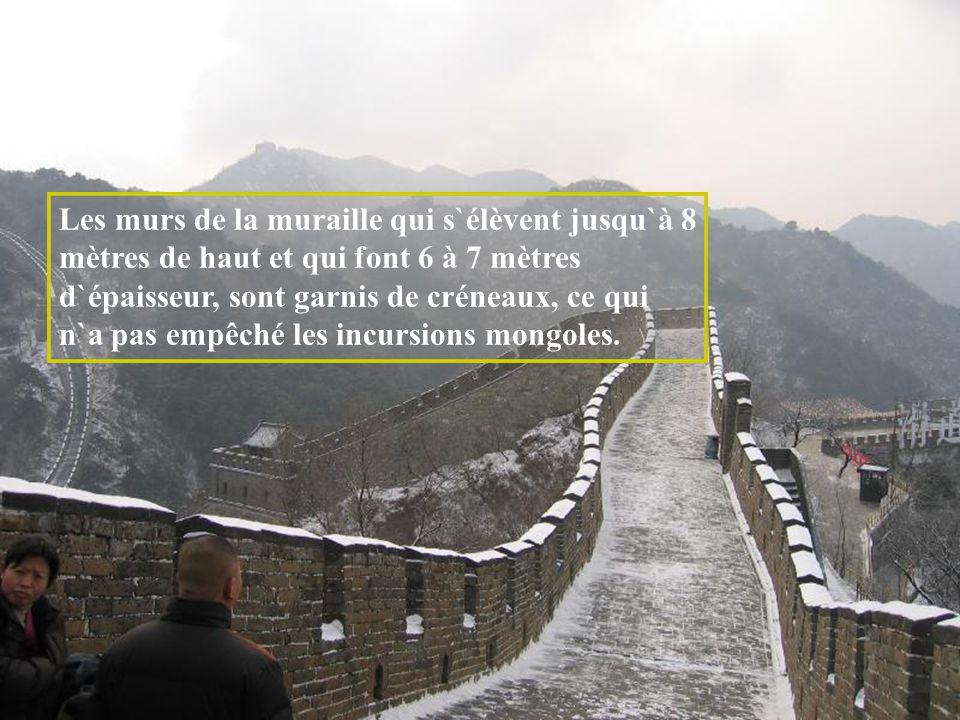 Les murs de la muraille qui s`élèvent jusqu`à 8 mètres de haut et qui font 6 à 7 mètres d`épaisseur, sont garnis de créneaux, ce qui n`a pas empêché les incursions mongoles.