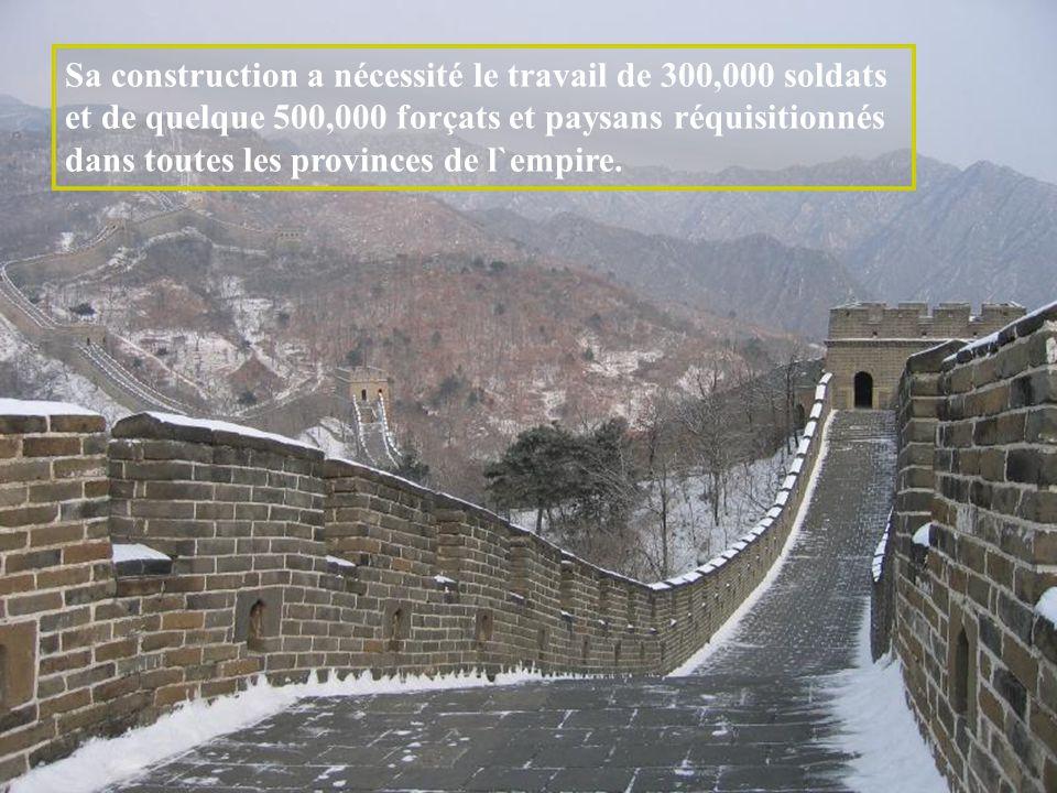 Sa construction a nécessité le travail de 300,000 soldats et de quelque 500,000 forçats et paysans réquisitionnés dans toutes les provinces de l`empire.
