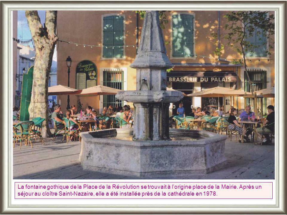 La fontaine gothique de la Place de la Révolution se trouvait à l'origine place de la Mairie.