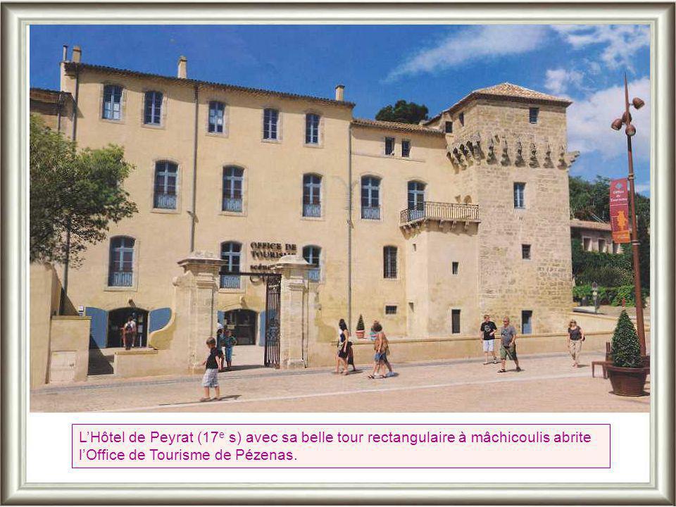 L'Hôtel de Peyrat (17e s) avec sa belle tour rectangulaire à mâchicoulis abrite l'Office de Tourisme de Pézenas.
