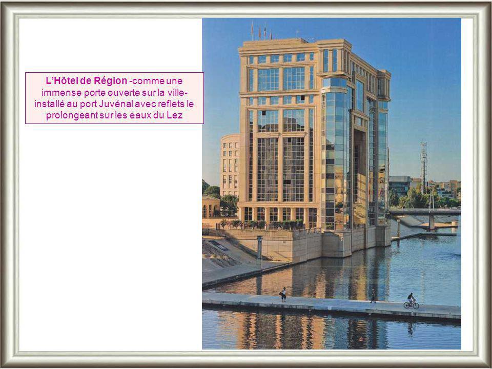 L'Hôtel de Région -comme une immense porte ouverte sur la ville- installé au port Juvénal avec reflets le prolongeant sur les eaux du Lez