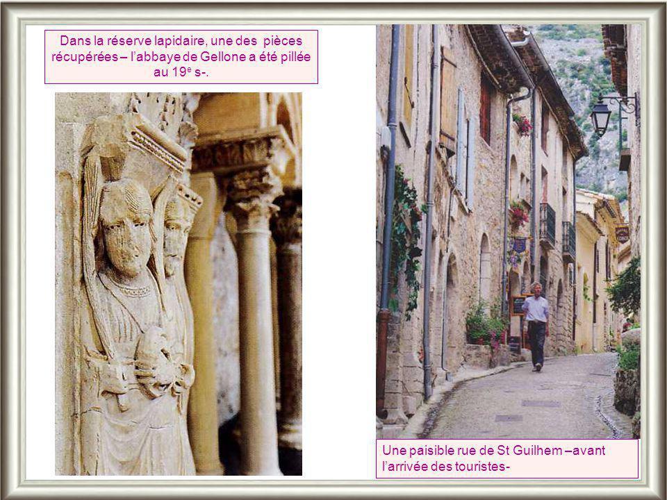 Dans la réserve lapidaire, une des pièces récupérées – l'abbaye de Gellone a été pillée au 19e s-.
