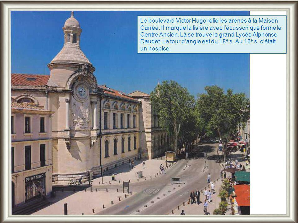 Le boulevard Victor Hugo relie les arènes à la Maison Carrée