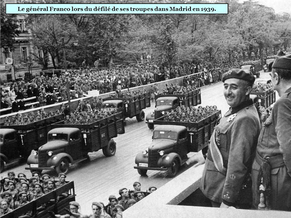 Le général Franco lors du défilé de ses troupes dans Madrid en 1939.