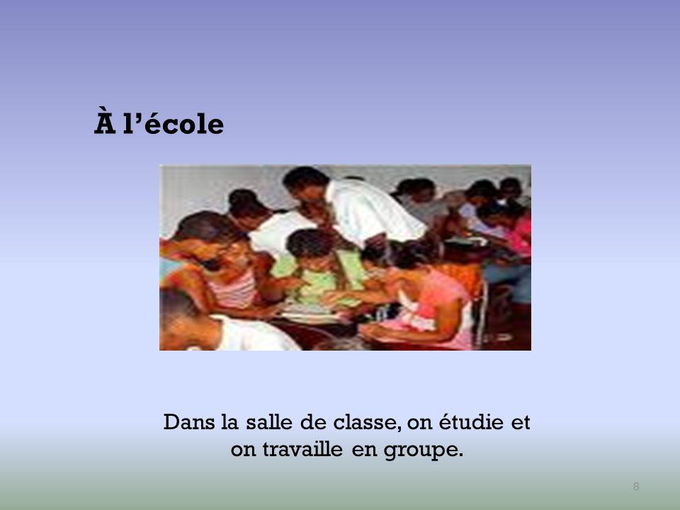Dans la salle de classe, on étudie et on travaille en groupe.