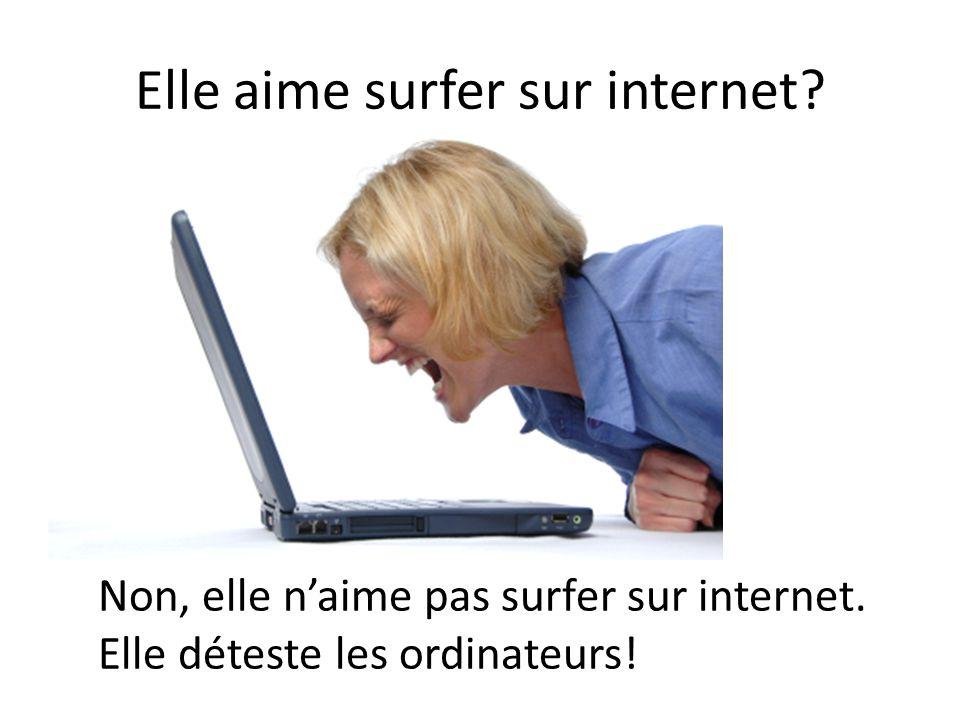 Elle aime surfer sur internet