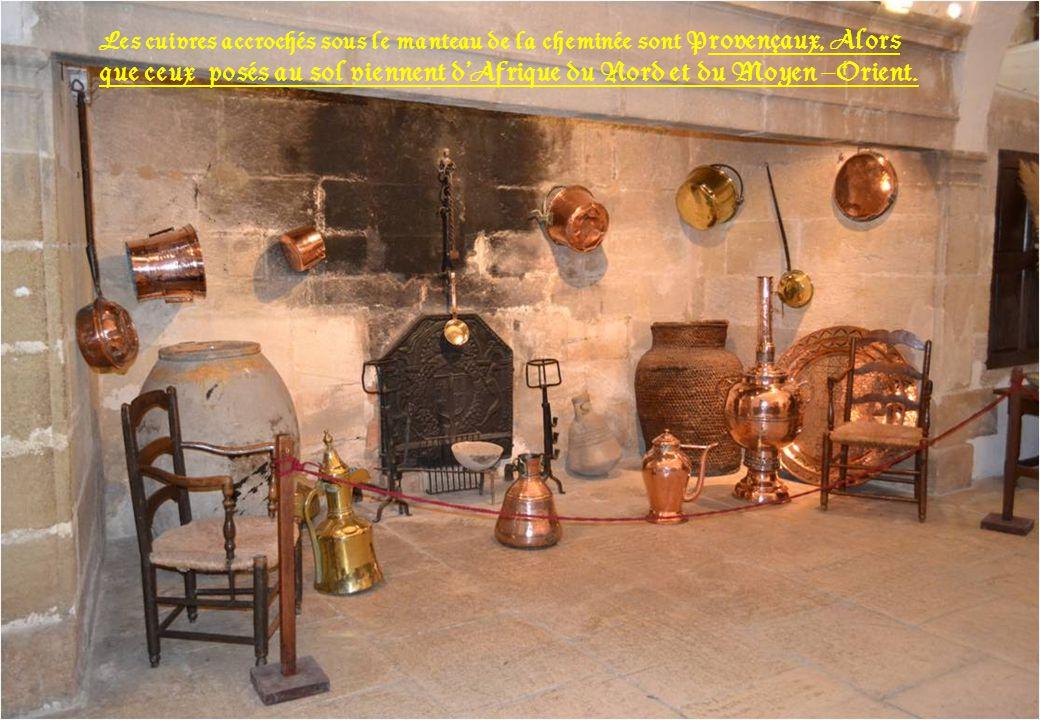 Les cuivres accrochés sous le manteau de la cheminée sont Provençaux, Alors que ceux posés au sol viennent d'Afrique du Nord et du Moyen –Orient.