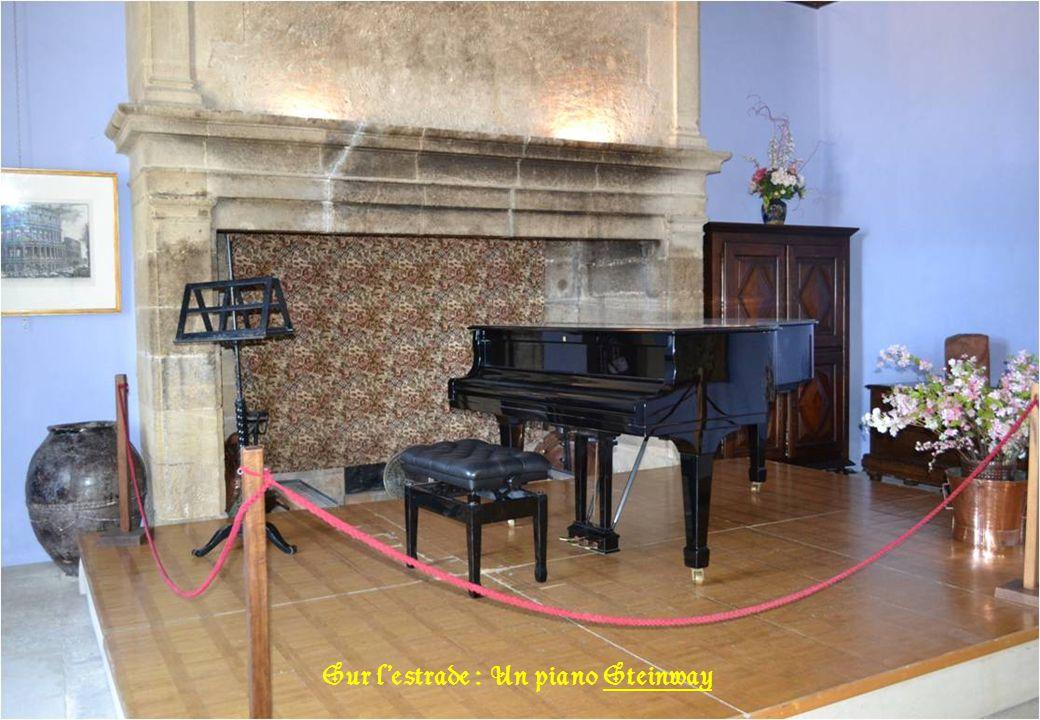 Sur l'estrade : Un piano Steinway