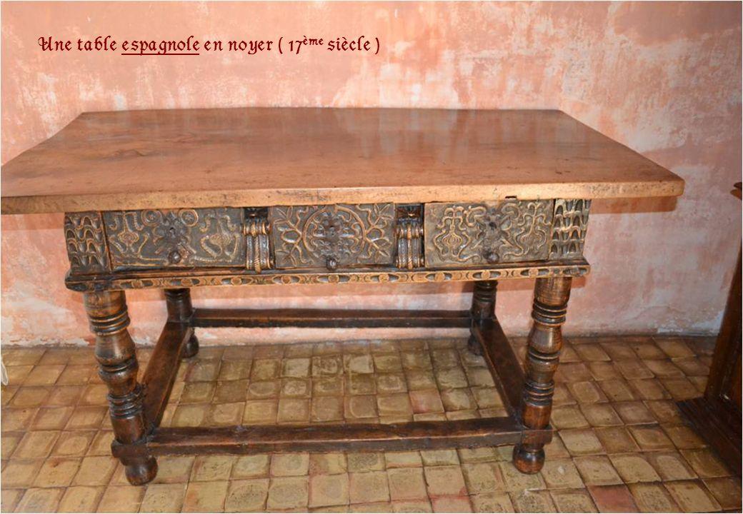 Une table espagnole en noyer ( 17ème siècle )