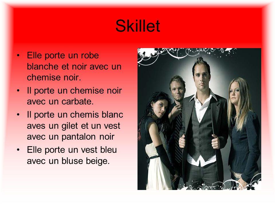 Skillet Elle porte un robe blanche et noir avec un chemise noir.