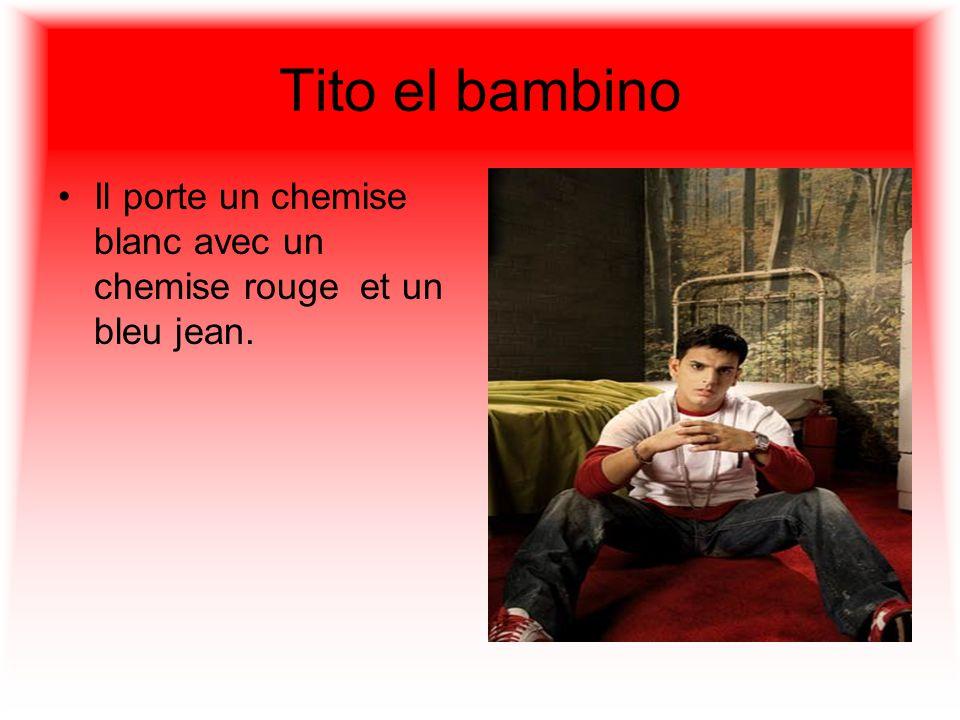 Tito el bambino Il porte un chemise blanc avec un chemise rouge et un bleu jean.