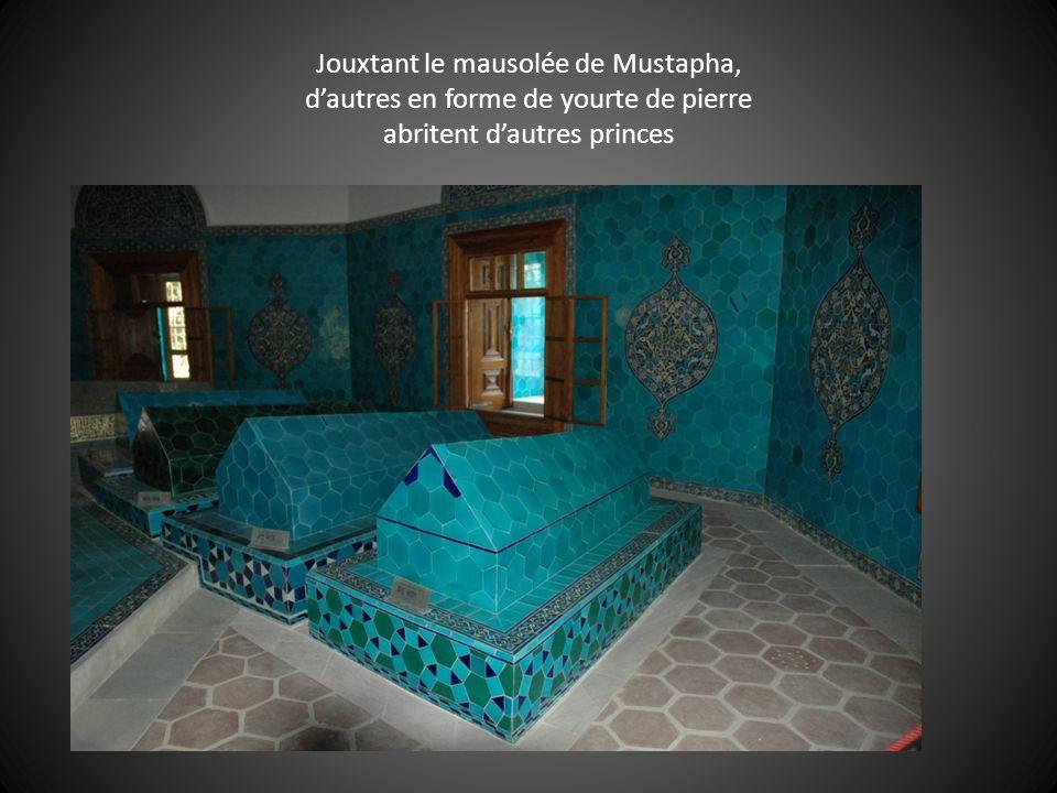 Jouxtant le mausolée de Mustapha, d'autres en forme de yourte de pierre abritent d'autres princes