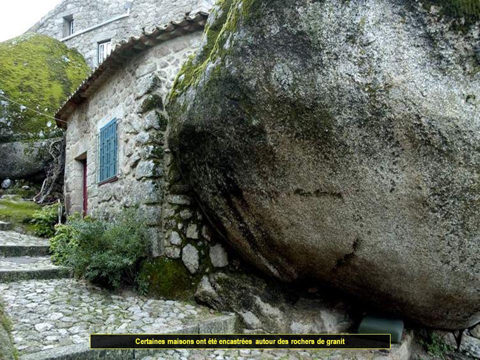 Certaines maisons ont été encastrées autour des rochers de granit