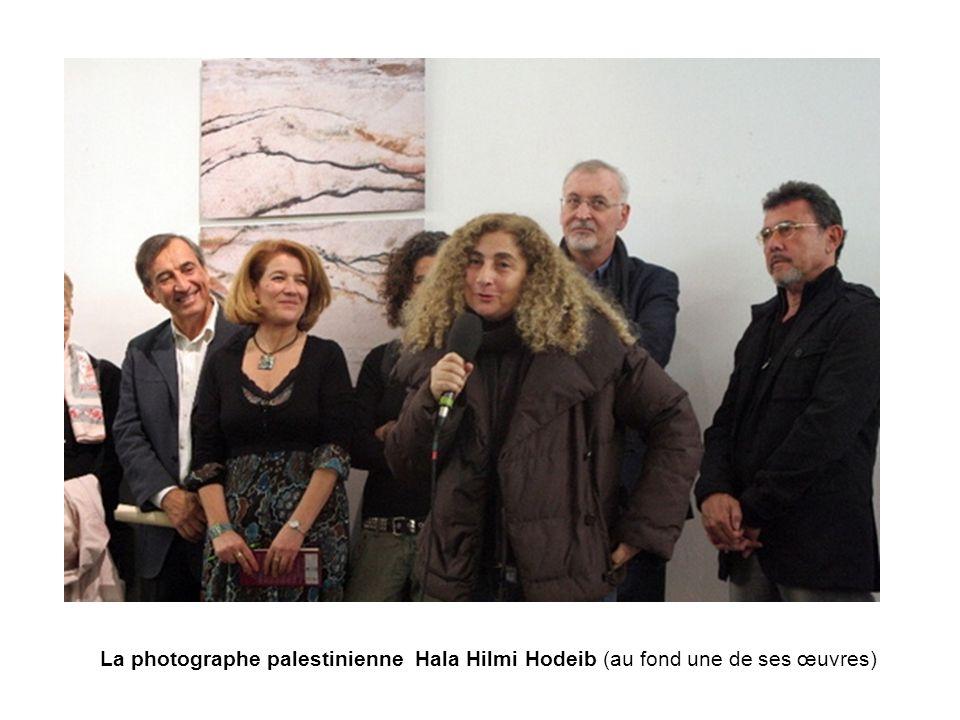 La photographe palestinienne Hala Hilmi Hodeib (au fond une de ses œuvres)
