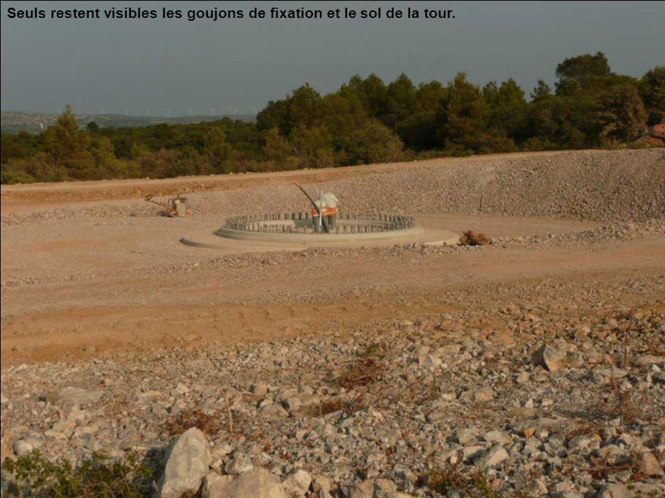 Seuls restent visibles les goujons de fixation et le sol de la tour.
